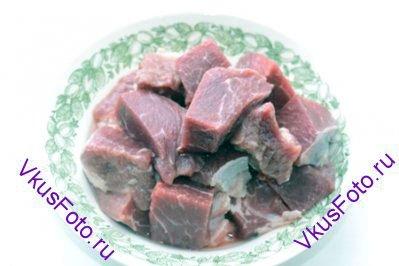 Мясо нарезать на кусочки.