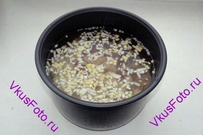 Все продукты сложить в чашу мультиварки. Посолить и влить воду до верхней отметки.