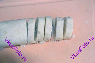 Через час нарезать колбаску кружками толщиной 1 см.
