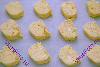 Выложить печенье на противень, застеленный пергаментной бумагой. Между печеньями оставить по 2-3 см.