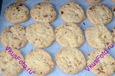 Выпекать в духовке 20-25 минут при температуре 180 градусов до золотистого цвета. При этом следить, чтобы печенье не подгорело.