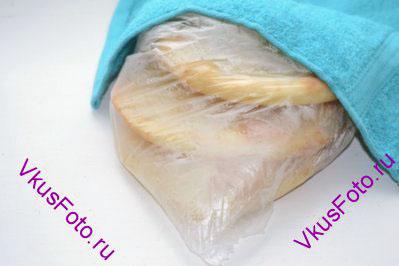 Вынув из духовки, лепешки сразу же положить в полиэтиленовый пакет и накрыть полотенцем, чтобы они были мягкими. Когда лепешки остынут, их можно разрезать пополам. Внутри будет кармашек, куда можно положить разнообразные начинки.