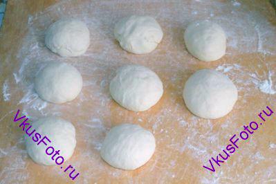 Из каждой части <a href=http://www.vkusfoto.ru/raznoe/kak_sformirovat_shar_iz_testa/116.html>сформировать шар</a>. Накрыть полотенцем и оставить на 30 минут.
