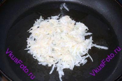 Брать картофель порциями и распределять его на раскаленной сковороде с маслом. Делать лепешки 10-12 см в диаметре, толщиной 0,7-1 см. Обжаривать 3-5 минут до золотистого цвета.