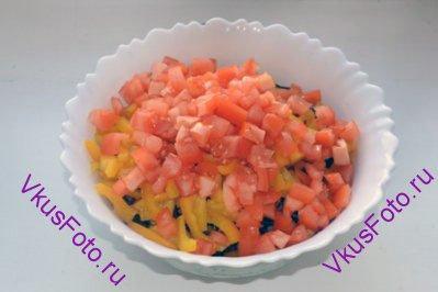 Добавить в капусту нарезанные перец и помидоры. Заправить оливковым маслом.
