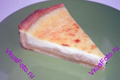 Когда пирог остынет, вынуть его из формы и нарезать на кусочки.