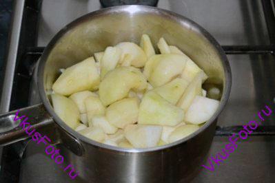 Груши нарезать на крупные куски, положить в кастрюлю и налить 1 ст.л. воды.
