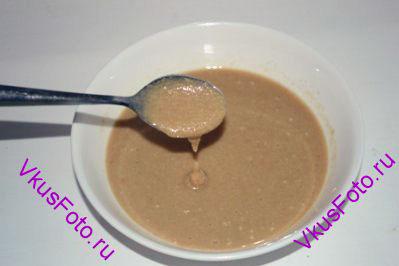 В кунжут вливать масло частями, пока оно не приобретет консистенцию густой сметаны.