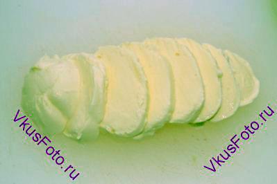 Сыр Моцарелла нарезать пластинами.