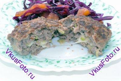 Подавать котлеты с <a href=http://www.vkusfoto.ru/salaty/salat_iz_krasnoi_kapusty_s_ovoschami/209.html>Салатом из красной капусты с овощами</a>.