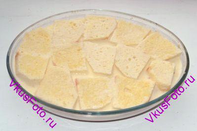 Верхний слой снова будет состоять из хлеба пропитанного молочно-яичной смесью. Залить пудинг оставшейся смесью.