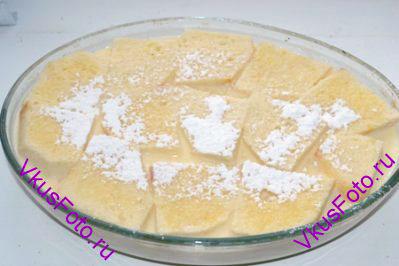 Верх пудинга щедро обсыпать сахарной пудрой.