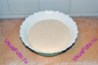 Взять готовое дрожжевое тесто из пшеничной муки.