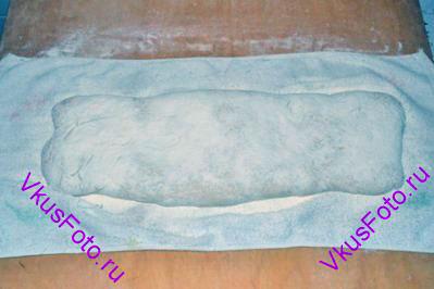 Тесто обсыпать мукой, накрыть другим полотенцем и поставить в теплое место на 40 минут или пока тесто не увеличится вдвое.