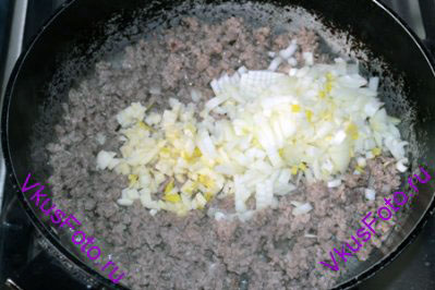 К мясу добавить лук, чеснок, соль и перец.