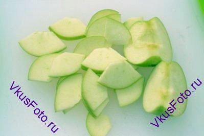 Яблоки разрезать на 4 части, удалить сердцевину и нарезать пластинами.