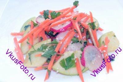 Выложить салат на порционные тарелки и посыпать кунжутом.