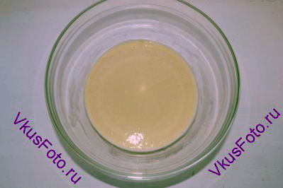 Всыпать немного просеянной муки (примерно 5 ст.л. с горкой), чтобы получилось сметанообразное состояние.