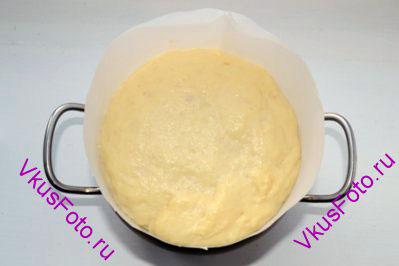 Когда тесто поднимется на ¾ высоты формы, вверх кулича покрыть взбитым яйцом.