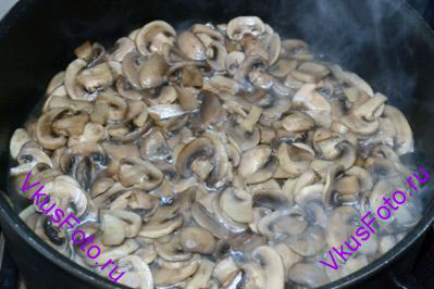 В сотейнике разогреть масло, положить грибы и тушить примерно 7 минут.