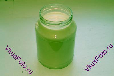 В банку положить йогурт и залить молоком, температура которого должна быть не более 40 градусов. Если молоко будет горячее, то бактерии в магазинном йогурте погибнут и тогда ничего не получится.