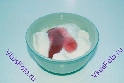 Йогурт с джемом.