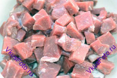 Мясо нарезать брусочками.