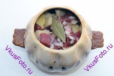 Перемешать и разложить в керамические горшочки. В каждый горшочек положить по одному маленькому лавровому листу и налить немного бульона или воды.