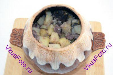 Горшочки закрыть крышкой и поставить в разогретую духовку. Тушить 1,5-2 часа при температуре 200 градусов.