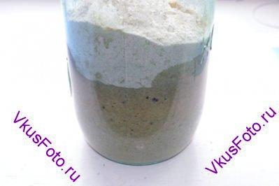 Добавить 50 г ржаной муки и 50 грамм воды.   Перемешать смесь, накрыть пленкой и снова поставить в теплое место на сутки.