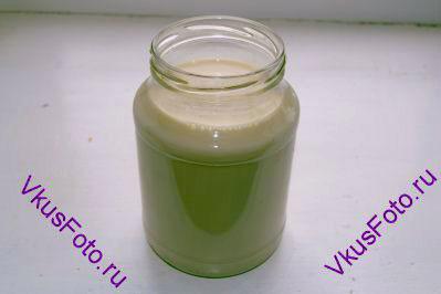 Приготовление ряженки в домашних условиях такое же как и при приготовлении <a href=http://www.vkusfoto.ru/raznoe/iogurt_domashnii/220.html>домашнего йогурта</a>. В банку положить йогурт и залить топленым молоком, температура которого должна быть не более 40 градусов. Если молоко будет горячее, то бактерии в магазинном йогурте погибнут и тогда ничего не получится.