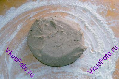 Через час выложить тесто на доску гладкой стороной вниз.