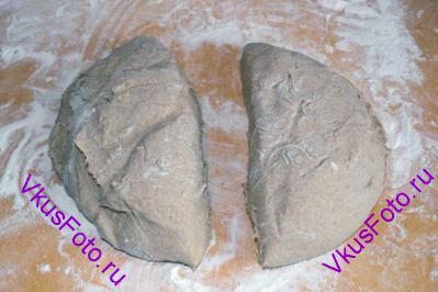 На доску подпыленную мукой выложить тесто и разделить на 2 равные части.
