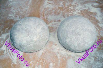 Из каждой части <a href=http://www.vkusfoto.ru/raznoe/kak_sformirovat_shar_iz_testa/116.html>сформировать шар</a>. Переложить шар на доску посыпанную семолиной, накрыть полотенцем и поставить в более прохладное место (17-18 градусов) на 16-18 часов.