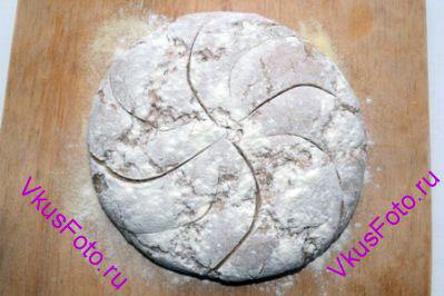 Сделать на хлебе надрезы.