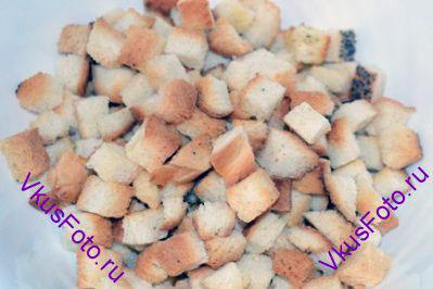 Багет нарезать кубиками и подсушить в духовке до золотистого цвета.