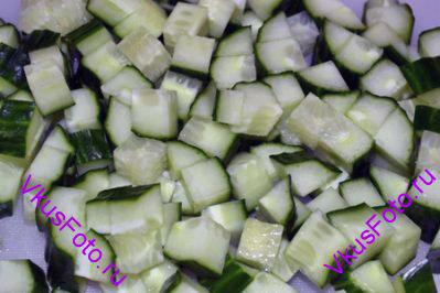 Огурцы нарезать кубиками, так же как и багет.