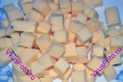 Сыр нарезать кубиками, так же как и багет.
