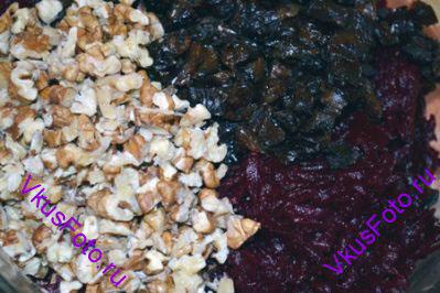 Соединить свеклу, чернослив и орехи.