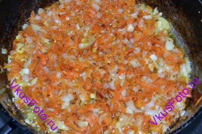 Лук мелко нарезать, морковь натереть на крупной терке. Пассировать овощи в масле в течении 10 минут.