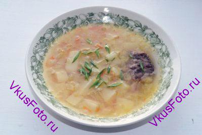 Мясо разобрать на кусочки и вернуть в суп. Подавать с нарезанной зеленью.