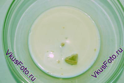 В молоке развести дрожжи.