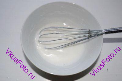 Для глазури белок взбить с сахаром в крепкую пену.