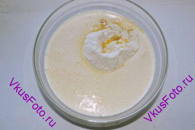 В молоко добавить половину просеянной муки, растопленное масло, взбитые яйца с сахаром, соль.