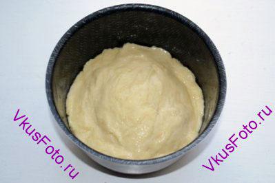 Переложить тесто в смазанную маслом форму на 1/3 высоты и поставить в теплое место.