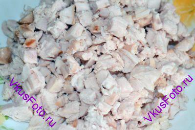 Копченую курицу очистить от кожицы и порезать не очень мелко.