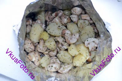 Заполнить конверт картофельно-грибной смесью.