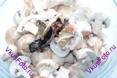 Шампиньоны крупно нарезать или поломать. Добавить сушеные грибы.