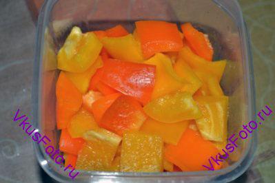 Перец очистить от плодоножки и семян. Нарезать квадратами.
