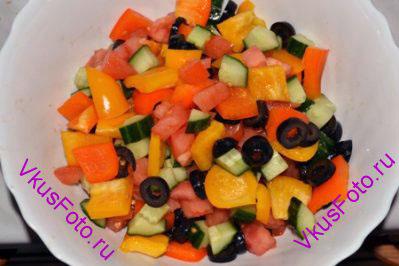 В салатнике соединить подготовленные продукты. Приправить солью и оливковым маслом.